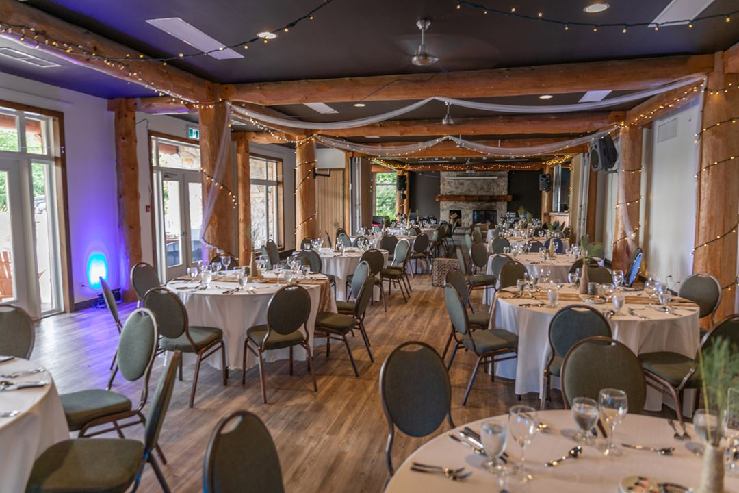 Reception room at Auberge du Lac Taureau