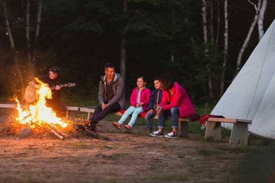 Famille au bord du feu à l'Auberge du Lac Taureau