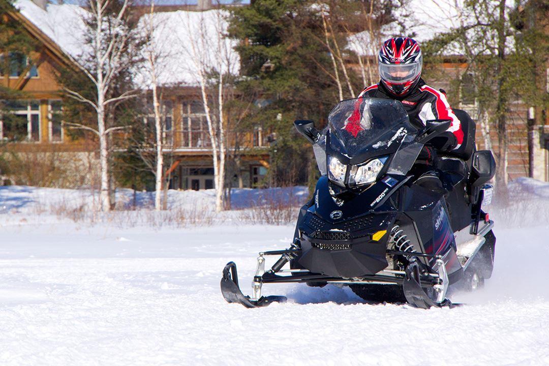 Auberge-du-Lac-Taureau-snowmobile