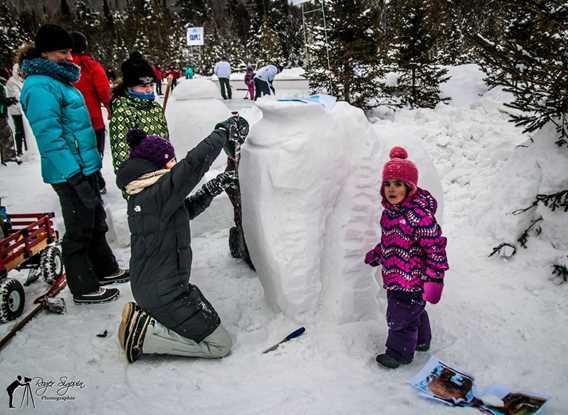 Enfants qui jouent dans la neige à la Féérie d'hiver de Saint-Donat