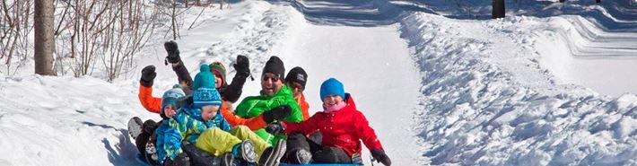 Des enfants qui glissent à la Féérie d'hiver de Saint-Donat