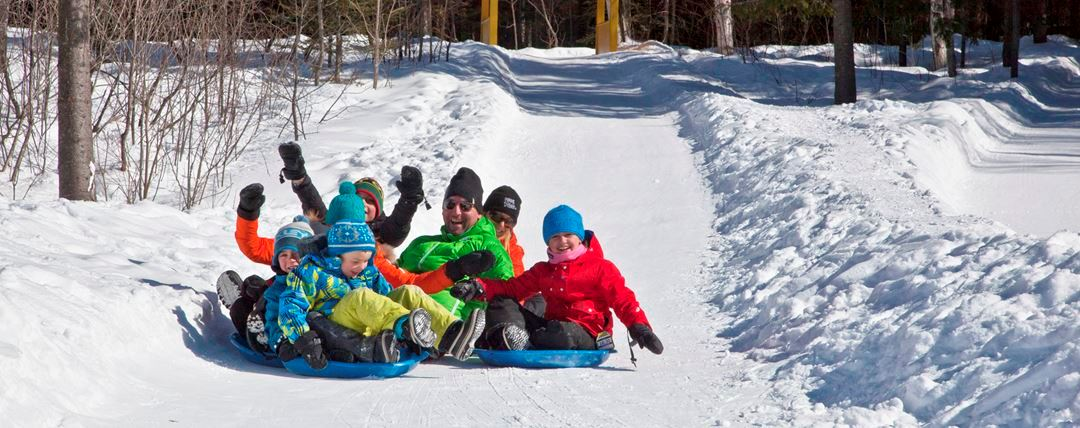 Children who slide in the winter at Féérie d'hiver de Saint-Donat