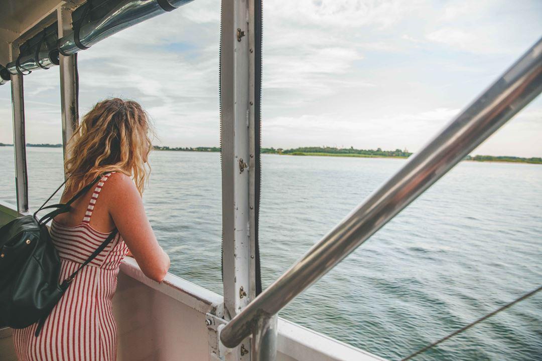 Femme qui regarde le fleuve Saint-Laurent à bord d'un bateau de croisière