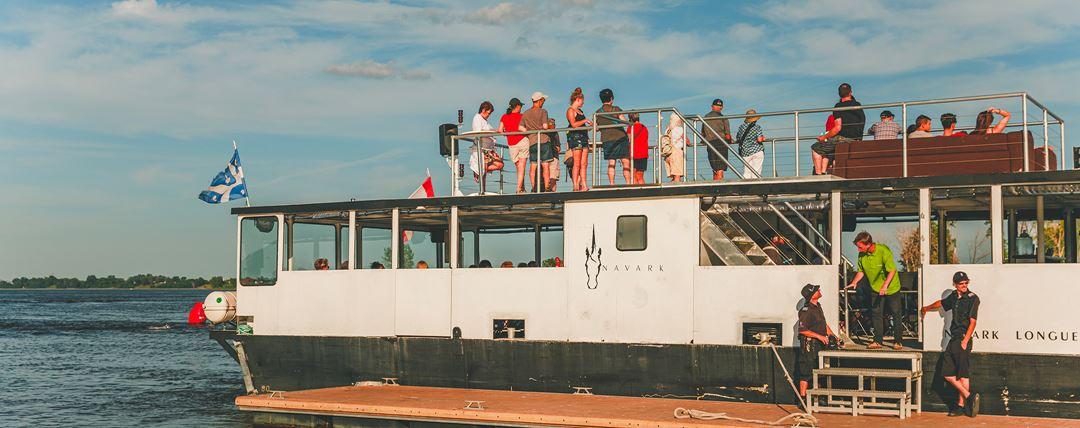 Le bateau Narvak Longueuil sur le fleuve Saint-Laurent