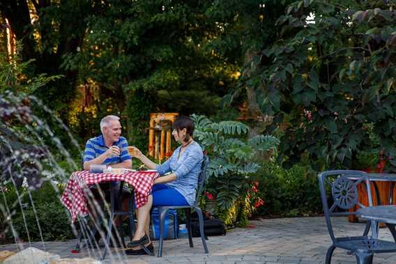 Gens qui prennent un verre aux Jardins de la Maison Antoine-Lacombe