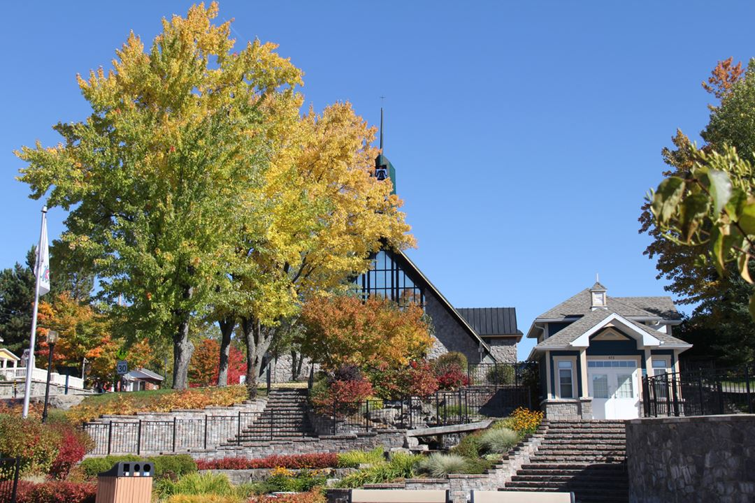 Centre du village de Saint-Donat en automne