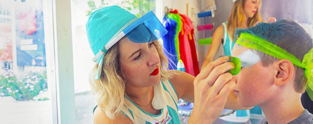 Un enfant qui se fait maquiller à la Symphonie des couleurs