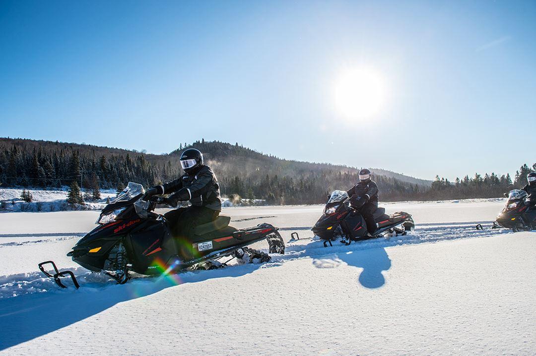 Auberge-du-Vieux-Moulin-winter-snowmobile
