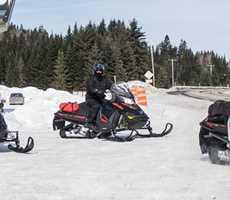 auberge-la-glaciere-snowmobile