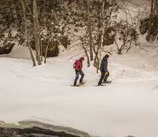 Couple en raquette au parc régional des chutes Monte-à-Peine-et-Dalles