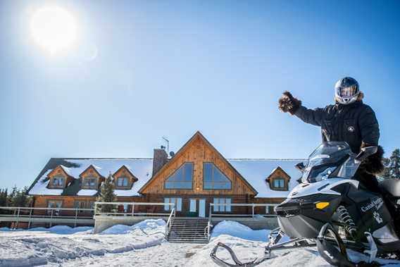 hotel-cottages-canadaventure-snowmobile