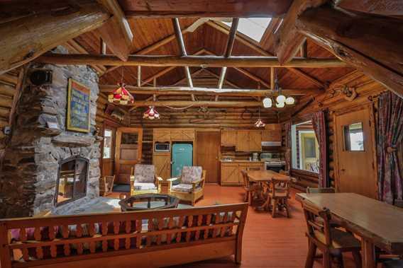 pourvoirie-kanamouche-indoor-living-room