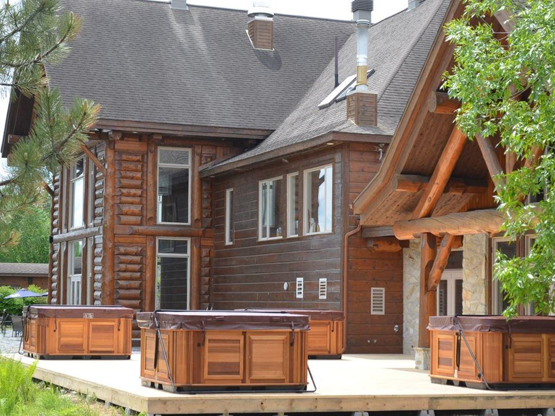 Spas extérieurs de l'Auberge du Lac Taureau