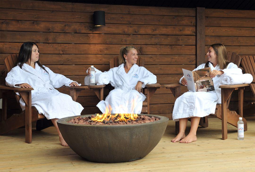 Hôtel-Spa Le Suisse outdoor fireplace
