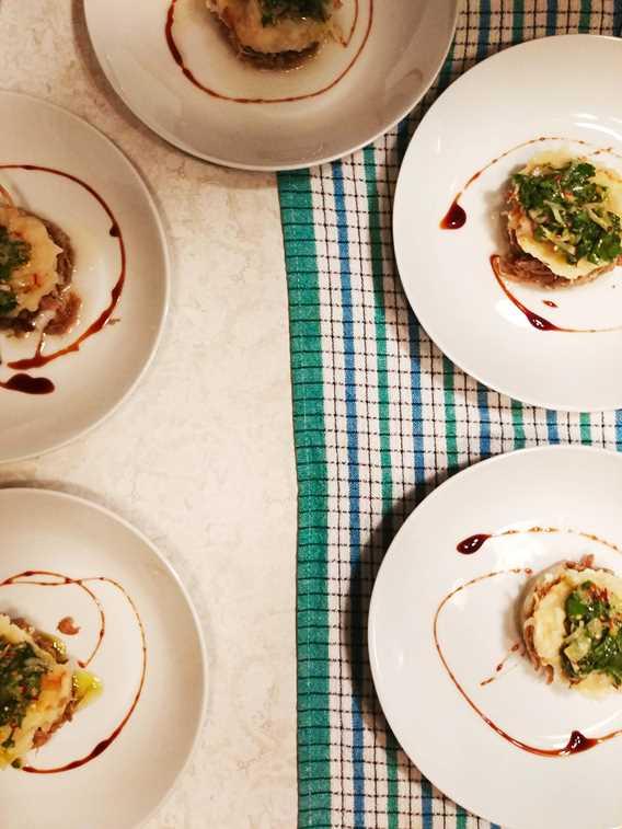 Parmentier de canard confit et salade de persil et radis