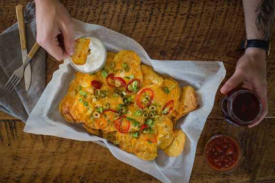 Petit menu bistro disponible (nachos, calzones, pizzas et paninis sur bagels)