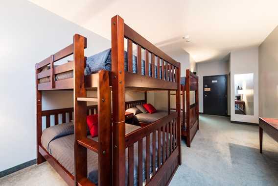 Chambre avec lits superposés à l'Auberge Val Saint-Côme