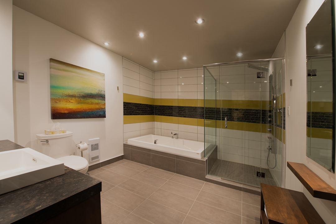 Salle de bain dans une chambre à l'Auberge Val Saint-Côme