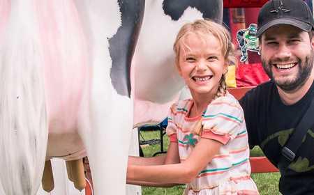 Un père et sa fille à l'Exposition agricole régionale Rive-Nord