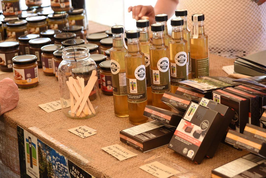 Table de produits lanaudois au Marché public authentique de Notre-Dame-de-la-Merci
