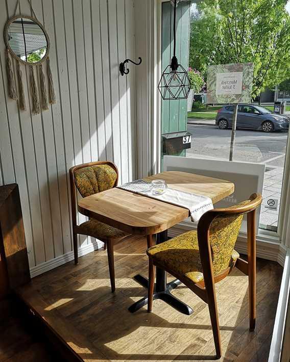 Table au soleil devant la fenêtre chez Sïmone restaurant de Quartier