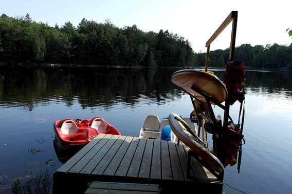 Accès au lac, pédalos et planches à pagaies disponibles
