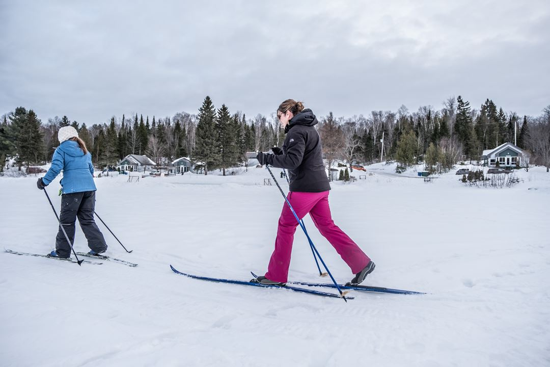 People doing cross-country skiing at Havre Familial