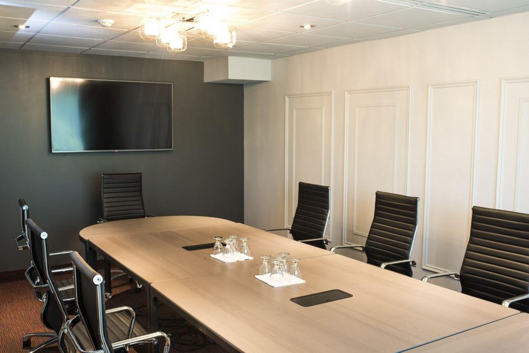 hotel-chateau-joliette-inn-meeting-room