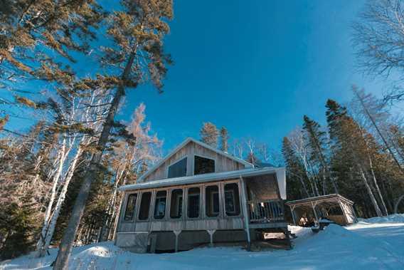 Cottage in winter at Pourvoirie Pignon Rouge Mokocan