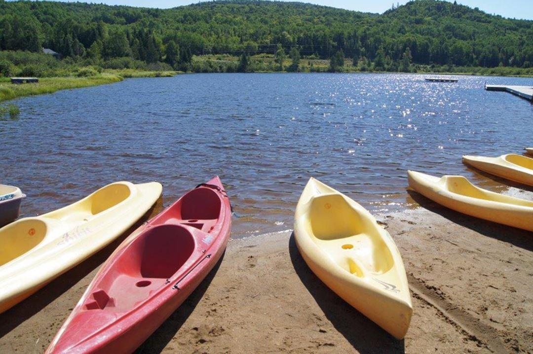 Auberge-du-Vieux-Moulin-lake-kayak
