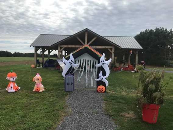 Halloween decor at Bleuetière Asselin