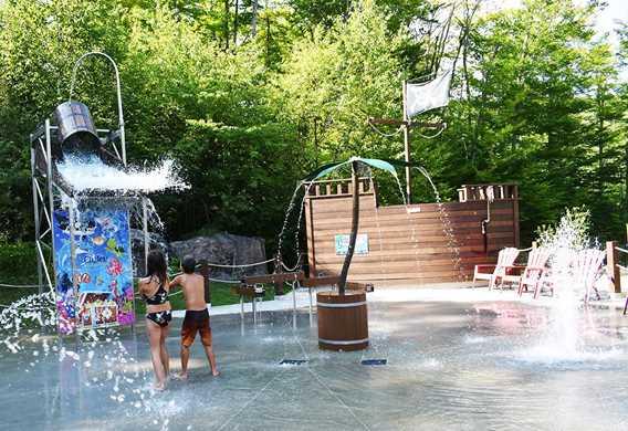 Plaisir pour les enfants dans les jeux d'eau