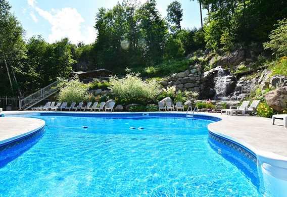 Nager dans la piscine chauffée