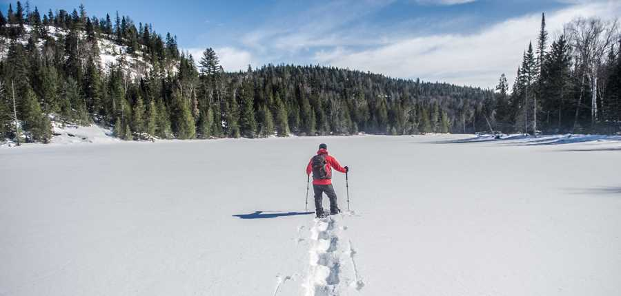 A man doing racket during winter at the Parc régional des Sept-Chutes