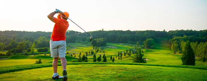 Man playing golf at Le Versant Golf Center
