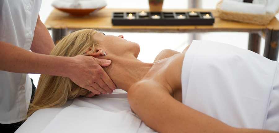 Woman having a massage at Auberge du Lac Taureau