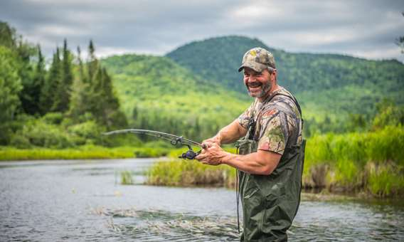 Homme qui pêche à la Pourvoirie Auberge la Barrière