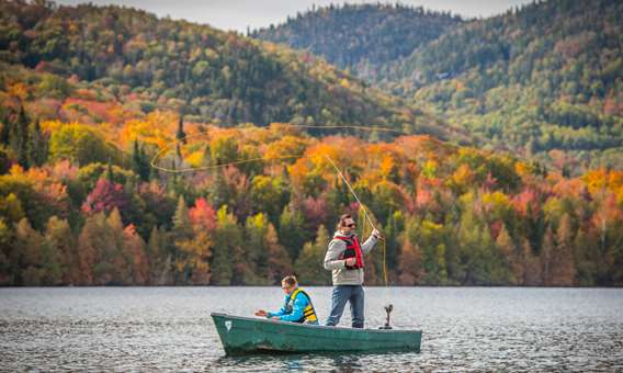 Couple fishing at Pourvoirie Du Lac Crcohe