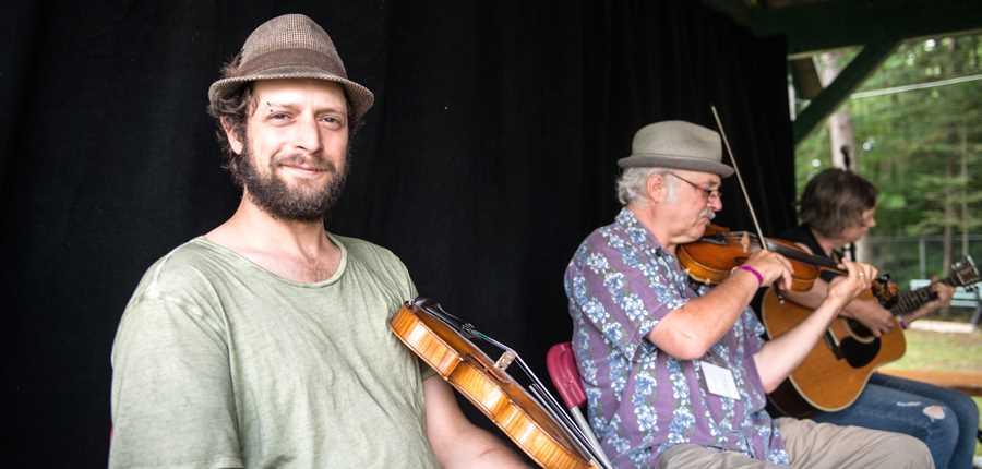 Un groupe de musique au Festival Mémoire et Racines