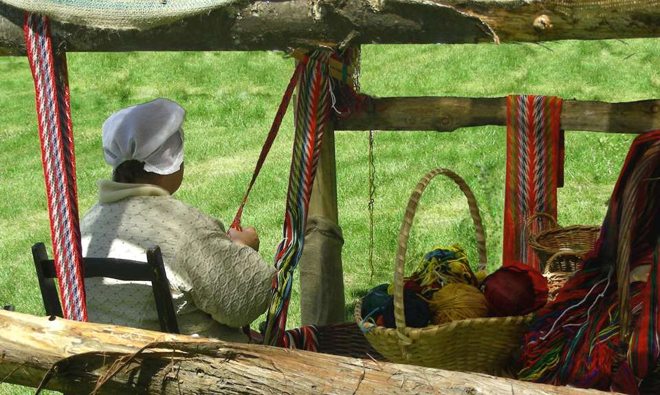Une femme qui fait une ceinture traditionnelle