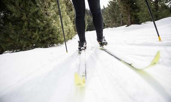 Une personne qui fait du ski de fond au Ski Montagne Coupée