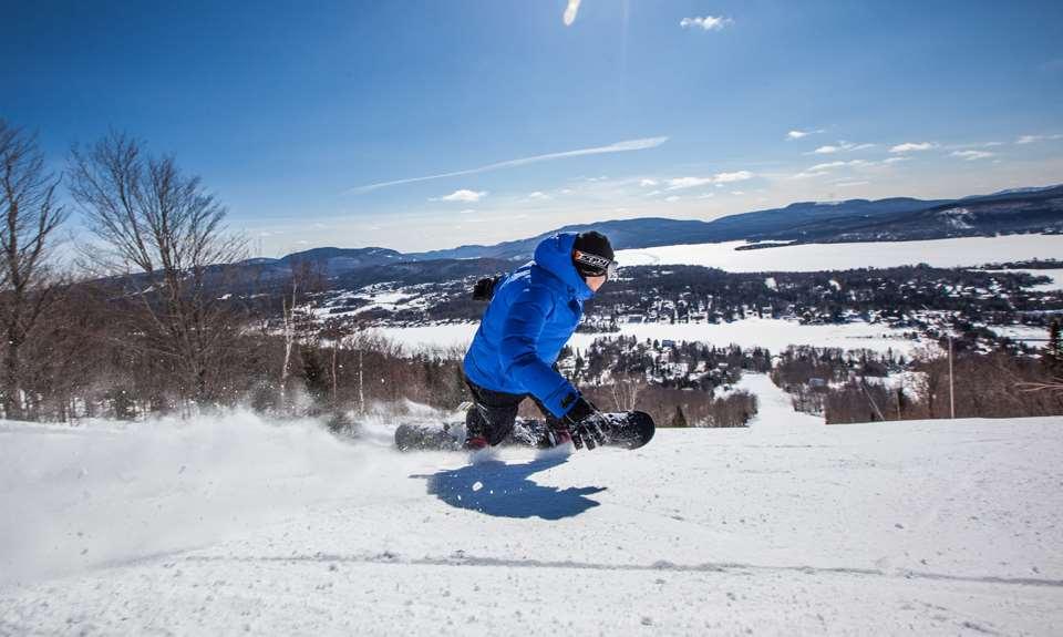 Homme qui fait du ski alpin à Ski Garceau