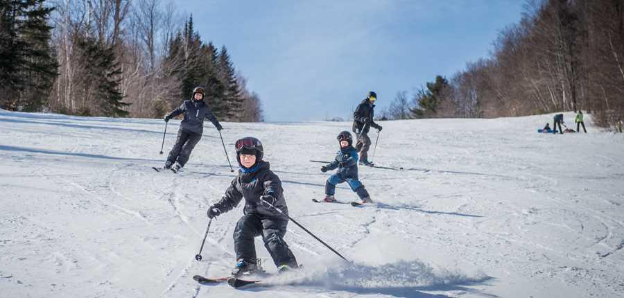 Famille qui fait du ski alpin au Ski Montcalm