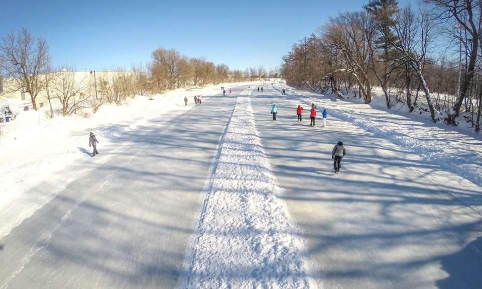 Des gens qui patinent sur la rivière l'Assomption