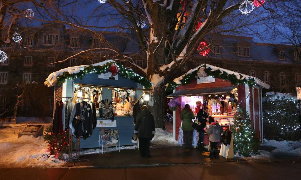 Des kiosques à l'extérieur durant le Marché de Noël de L'Assomption