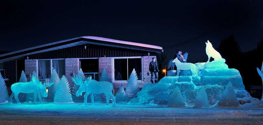 Sculpture en glace à l'extérieur durant le Festival St-Côme en glace