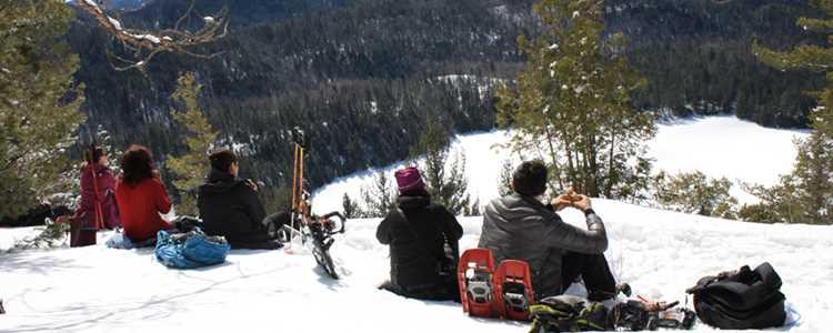 Faire de la raquette entre amis au sommet d'une montagne dans Lanaudière