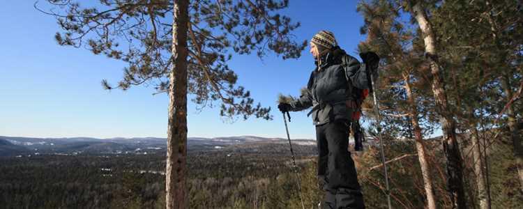 Un homme qui fait de la raquette jusqu'au sommet d'une montagne dans Lanaudière
