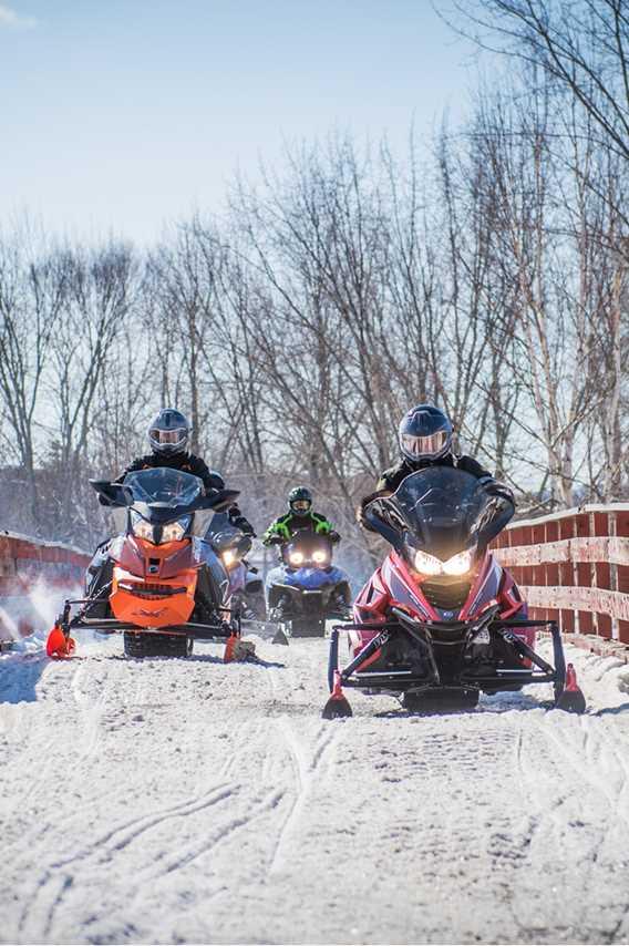 Faire du motoneige au lac Taureau
