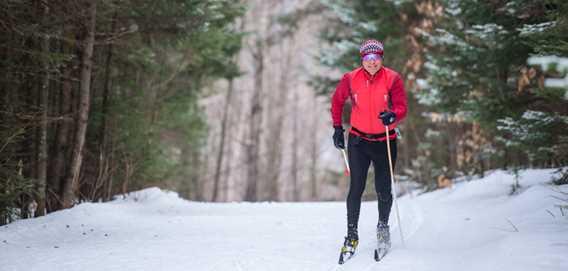 Homme qui fait du ski de fond au Ski Montagne Coupée